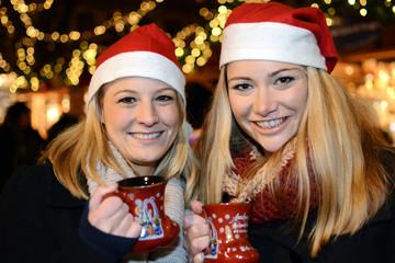 Frauen besuchen Weihnachtsmarkt