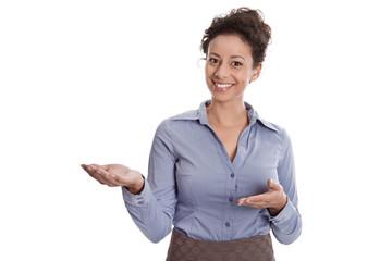 Frau präsentiert mit Händen - isoliert auf Weiß in Bluse blau