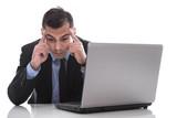 Mann isoliert mit Depressionen am Arbeitsplatz