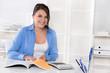 Frau arbeitend im Büro - Business Outfit - Berufsausbildung