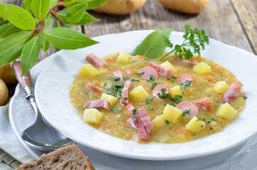Grobe Kartoffelsuppe mit Speck und Wiener Würstchen