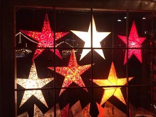 Beleuchtete Sterne auf dem Weihnachtsmarkt Stuttgart