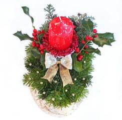 Weihnachtsfloristik mit roter Kerze, Ilex und Goldperlen