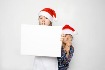 Kinder mit Vorfreude auf Weihnachten