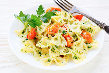 Farfalle pasta with roasted tomato wedges