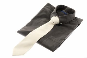 Camicia uomo con cravatta isolati su sfondo bianco