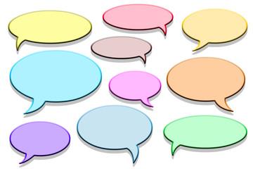 Bulles de communication colorées sur fond blanc