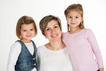 Lächelnde Mutter mit ihren Töchtern