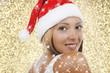Hübsche Frau mit Nikolausmütze