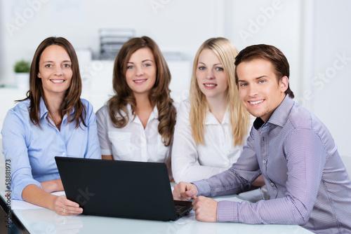 auszubildende im b¸ro lernen am laptop