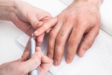 Manicure to the beauty salon