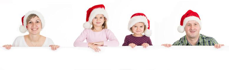 Glückliche Familie mit Nikolausmützen