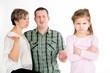 Trotziges Mädchen mit ratlosen Eltern