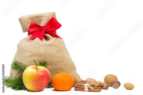 Weihnachtssack mit Nüssen und Obst