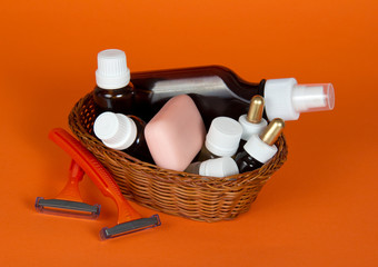 Cosmetic set in wattled basket and safety razor