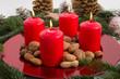 Weihnachtsteller mit vier roten Kerzen