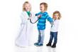 Kinder spielen Arzt und Patient