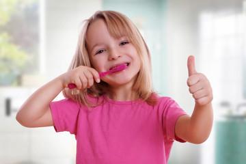 Mädchen mit Daumen nach Oben und Zahnbürste