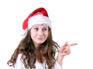 Mädchen mit Nikolausmütze deutet zur Seite