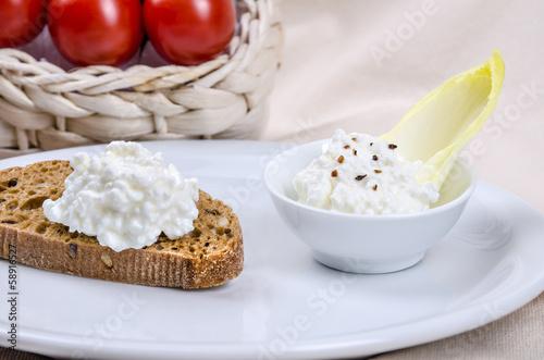 Arrangement Brot und Frischkäse 7