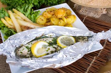Fischfilet in Folie gegart an Bratkartoffeln und Spargel