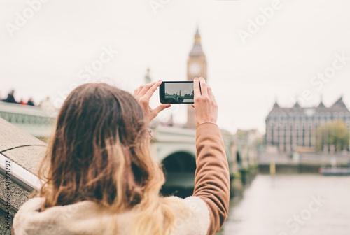 Młoda kobieta bierze fotografię z jej telefonem w Londyn