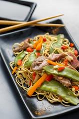 nouilles sautées légumes et bœuf , fond métal 2