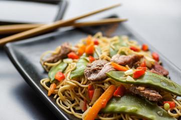 nouilles sautées légumes et bœuf , fond métal 3