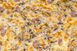 Pizza con mozzarella,funghi e salsiccia