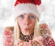 Hübscher weiblicher Nikolaus pustet Schnee