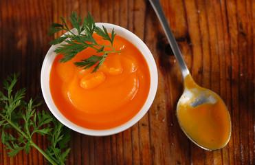 cremosa zuppa di carote nella ciotola bianca
