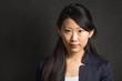 asiatische Geschäftsfrau vor schwarzem Hintergrund