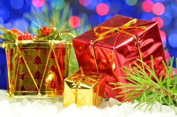 dekoracja bożonarodzeniowa, świąteczne prezenty na tle bokeh