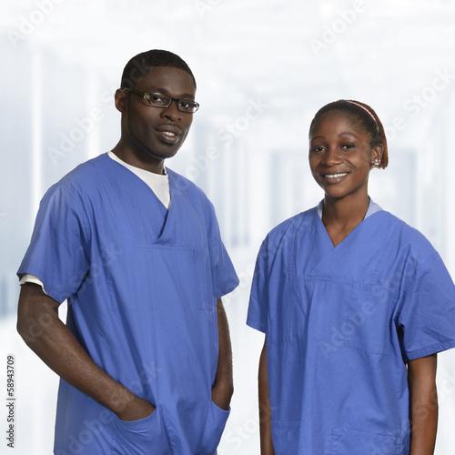 Afrikanisches Ärzteteam in blauer Arbeitskleidung Portrait
