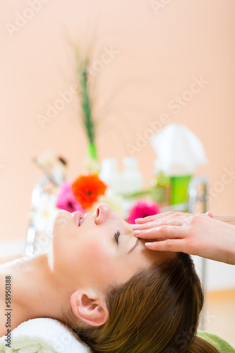 Wellness - Frau erhält Kopfmassage in Spa