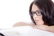 Hübsche Frau mit Brille blickt durch