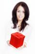 Frau überreicht rote Geschenk Box