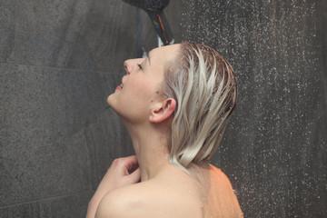 duschen junge frau