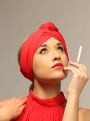 mujer elegante con cigarrillo