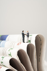 Geschäftsmänner auf Zeitungsstapel
