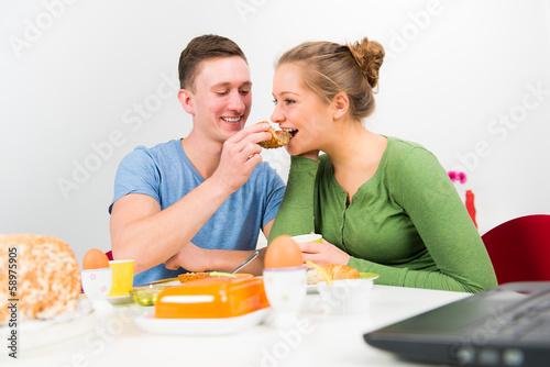 pärchen hat spaß beim frühstücken