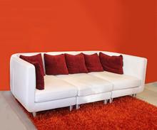 Czerwona kanapa poduszki