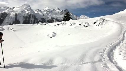 Ragazza ciaspola su neve fresca