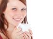 Attraktive junge Frau mit Kaffeebecher