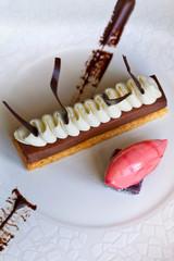 Biscuit, ganache au chocolat, chantilly, sorbet à la fraise