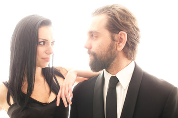 Vielsagende Blicke zwischen attraktivem Paar