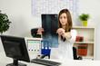 ärztin im büro betrachtet ein röntgenbild