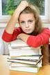 Schülerin beim Lernen überfordert