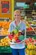 Frau am Obst und Gemüsemarkt