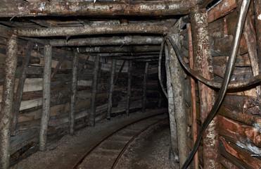 Interno di una galleria di una vecchia miniera in legno